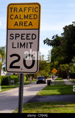 Boca Raton Florida traffic sign beruhigt Bereich Bremsschwellen - Stockfoto