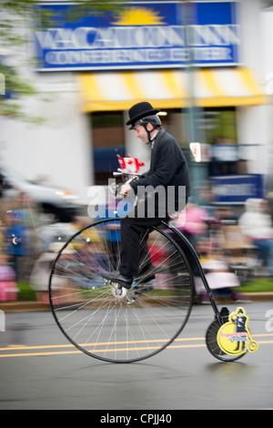 Mann auf Hochrad Fahrrad während 2012 Victoria Day Parade-Victoria, British Columbia, Kanada. - Stockfoto