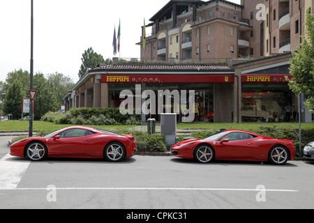 ROTER FERRARI 458 Autos & STORE MARANELLO Italien 8. Mai 2012 - Stockfoto
