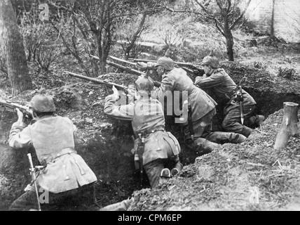 Deutsche Soldaten in einem Graben in Frankreich, 1914 - Stockfoto