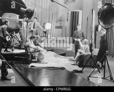 Joan Crawford, Harry Beaumont, Robert Montgomery und Hedda Hopper auf dem Set, 1930 - Stockfoto