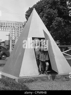 Unterstand zum Schutz vor Bombenangriffen, 1940 - Stockfoto