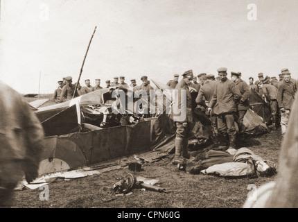 Ersten Weltkrieg/WWI, Deutsche Soldaten schießen eine englische Flugzeuge, zwischen Stadttor und Choisy-au-Bac, - Stockfoto