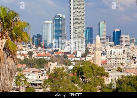 Naher Osten, Israel, Tel Aviv, Jaffa, Innenstadt von Gebäuden von HaPisgah Gardens Park gesehen - Stockfoto