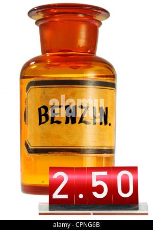 Symbolische, Benzin, Preis erhöhen, steigende Benzinpreise, Apotheker' Flasche mit Preis, Deutschland, Preis, Benzin, - Stockfoto