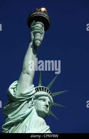 Schließen Sie aufrechte Städte New York Freiheitsstatue - Stockfoto