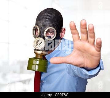 Geschäftsmann mit Gasmaske im Büro Stockfoto