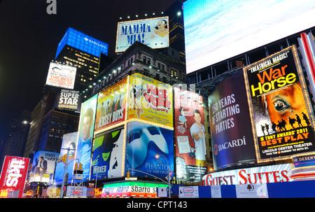 Times Square, New York City bei Nacht. - Stockfoto