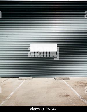 Beton, Boden- und Zinn mit leeren Infotafel parken. - Stockfoto