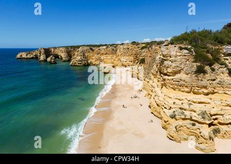 Praia da Marinha Strand in der Nähe von Benagil, an der Küste zwischen Portimão und Albufeira, Algarve, Portugal - Stockfoto