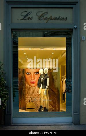 Shop-Schaufenster von Les Copains Mode Kleidung Shop im Hotel De La Ville in Piazza Degli Antinori in Florenz, Toskana - Stockfoto