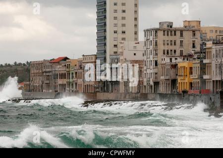 Havanna. Kuba. Wellen, die gegen die Malecon. - Stockfoto