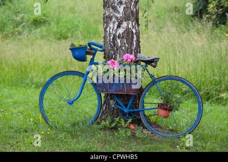 Alten blaues Fahrrad gesehen an einer Sperre am Canal Lateral eine Loire Nievre, Burgund, Frankreich - Stockfoto