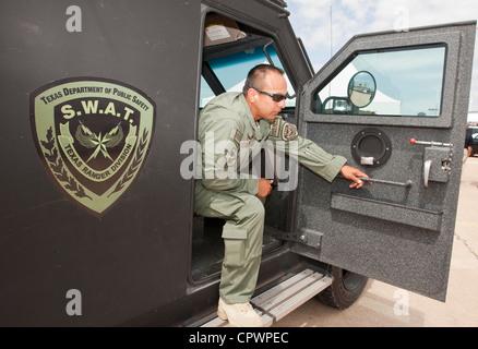 männliche Mitglied des Texas Department der öffentlichen Sicherheit SWAT-Teams, sitzt Abteilung Texas Rangers in - Stockfoto