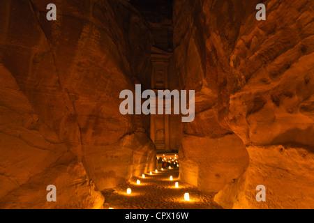 Nachtansicht der Kerzen brennen bei Al-Siq führt zu Facade of Treasury (Al Khazneh), Petra, Jordanien (UNESCO-Weltkulturerbe) - Stockfoto