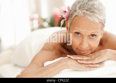 Entspannend auf Massagetisch, Senior Frau Porträt - Stockfoto