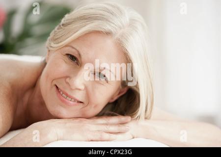 Porträt von Reife Frau auf Massagetisch - Stockfoto
