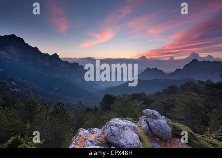 der Col de Bavella bei Dämmerung, Bavella Gebirge, Korsika, Frankreich - Stockfoto