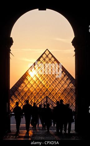 Frankreich, Paris, Louvre-Pyramide vom Architekten Ieoh Ming Pei - Stockfoto