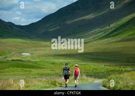 Paare, die durch harte Knott Pass in den Lake District National Park, Cumbria, UK - Stockfoto