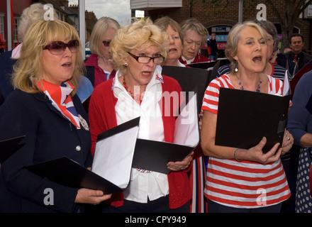 Petersfield Community Choir in Gesang an die Königin diamantenes Jubiläum feiern, Petersfield, Hampshire, UK. - Stockfoto