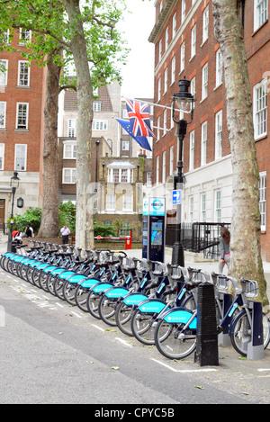 Boris Bikes unter einem Union Jack-Flagge - Stockfoto
