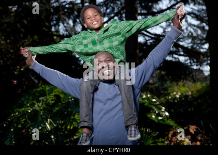 Vater und Sohn spielen zusammen in einem Garten, Illovo Familie, Johannesburg, Südafrika. - Stockfoto