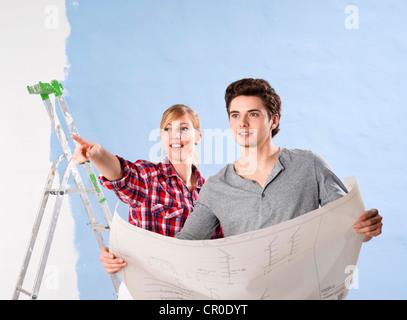 Junges Paar Blick auf einen plan - Stockfoto