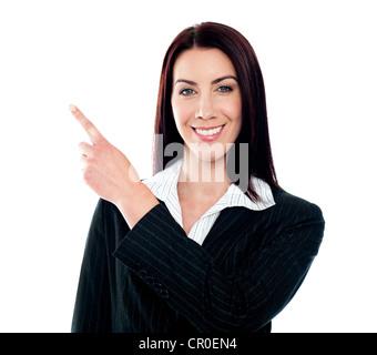 Business-Dame zeigt auf Exemplar isoliert auf weiß - Stockfoto