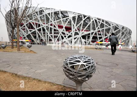 Chinesen sind im Vogel-Nest-Stadion besuchen. - Stockfoto