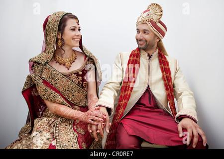 Braut und Bräutigam in traditionelle indische Hochzeit Kleidung - Stockfoto