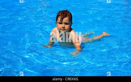 ein kleines m dchen mit armbinden schwimmen im pool stockfoto bild 16732827 alamy. Black Bedroom Furniture Sets. Home Design Ideas