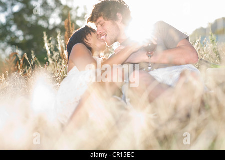 Paar küssen im Weizenfeld - Stockfoto