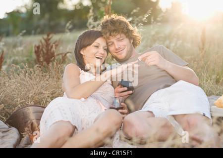 Mann schlägt vor, Freundin bei Picknick - Stockfoto