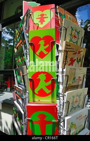 BERLIN, DEUTSCHLAND. Ampelmann-Postkarten im Ampelmann Galerie Shop in den Hackeschen Hofe (Bezirk Mitte). 2012. - Stockfoto