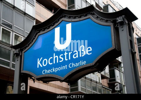 Berlin, Deutschland. Kochstraße U-Bahn (u-Bahn) Station Zeichen. Nächste Station zum Checkpoint Charlie - Stockfoto