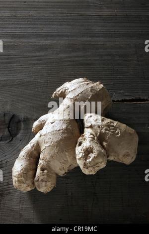 Ingwer (Zingiber Officinale) Rhizom auf einer rustikalen Holzoberfläche - Stockfoto