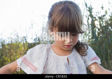 Nahaufnahme von Mädchen im Freien stehen - Stockfoto