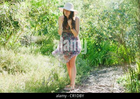 Teenager-Mädchen riechen Blumen im freien - Stockfoto