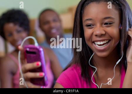 Teenager-Mädchen Kopfhörer anhören - Stockfoto