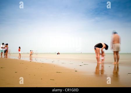 Menschen am Strand im Sommer - Stockfoto
