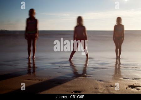 Drei Kinder an einem Strand im Sommer - Stockfoto