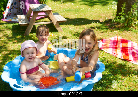 Kinder spielen im Planschbecken - Stockfoto