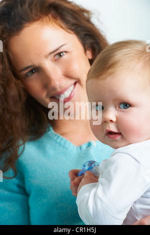 Nahaufnahme von Mutter mit Kleinkind - Stockfoto