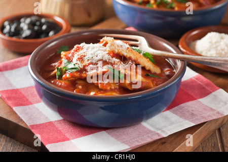 italienische k che oder k che von ravioli pasta tomaten und basilikum auf einer gabel vor wei em. Black Bedroom Furniture Sets. Home Design Ideas