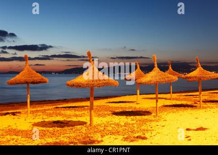 Stroh Sonnenschirme am Strand, S'Arenal, El Arenal, Abend-Stimmung, Mallorca, Balearen, Spanien, Europa - Stockfoto