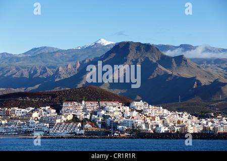 Blick auf Los Cristianos und die schneebedeckten Berg Teide, Teneriffa, Kanarische Inseln, Spanien, Europa - Stockfoto