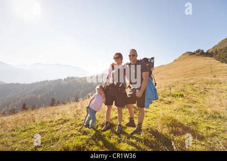 Familie Wandern zusammen auf Hügel - Stockfoto