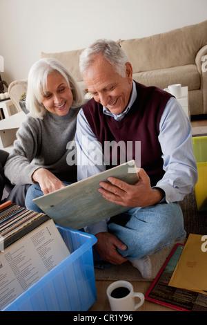 USA, California, Los Angeles, lächelnd älteres paar Blick auf Vinyl im Wohnzimmer - Stockfoto