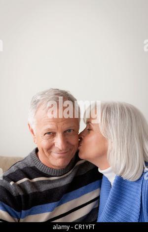 USA, California, Los Angeles, älteres Paar, Frau Mann küssen - Stockfoto